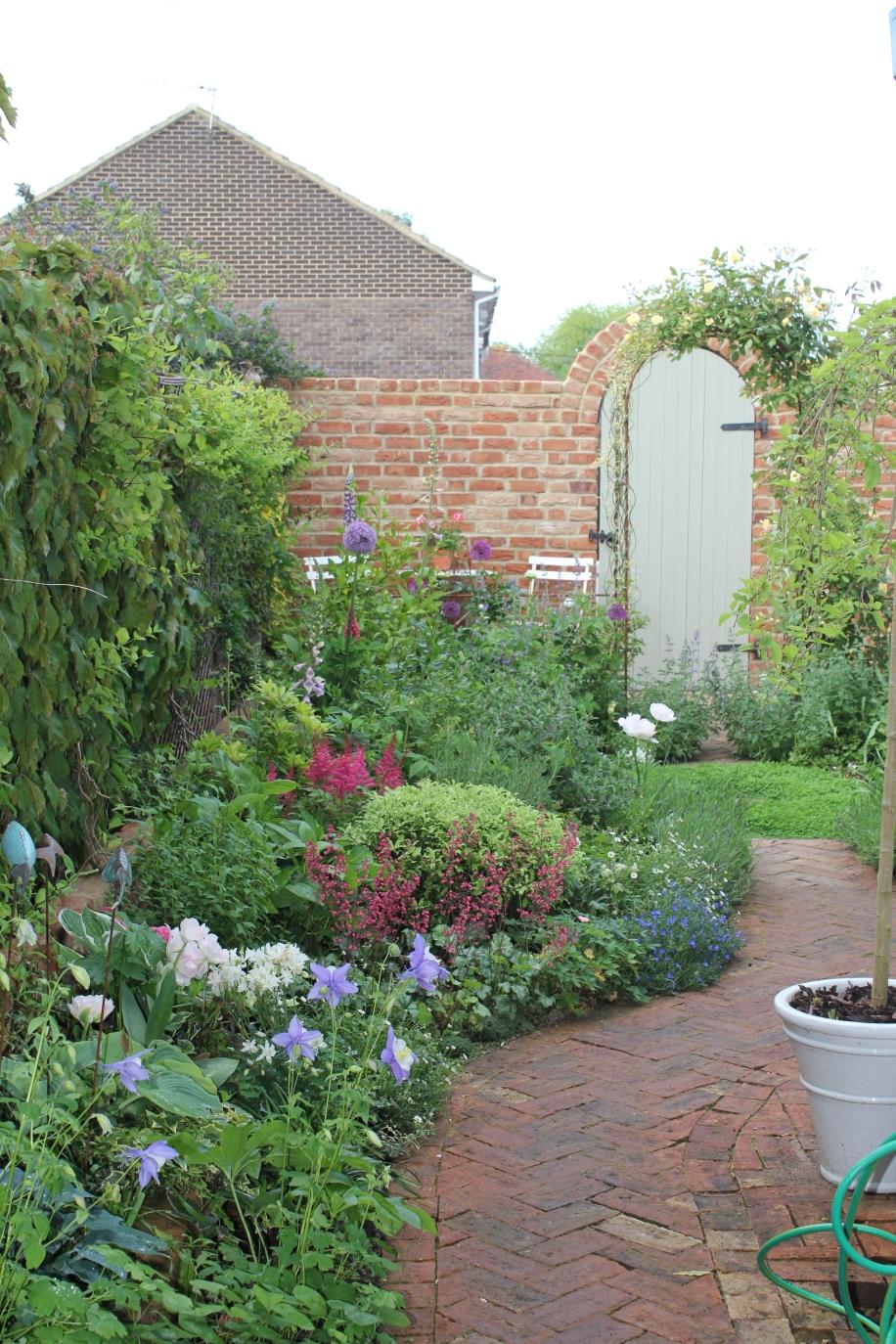 Small courtyard gardens for Small courtyard garden design pictures